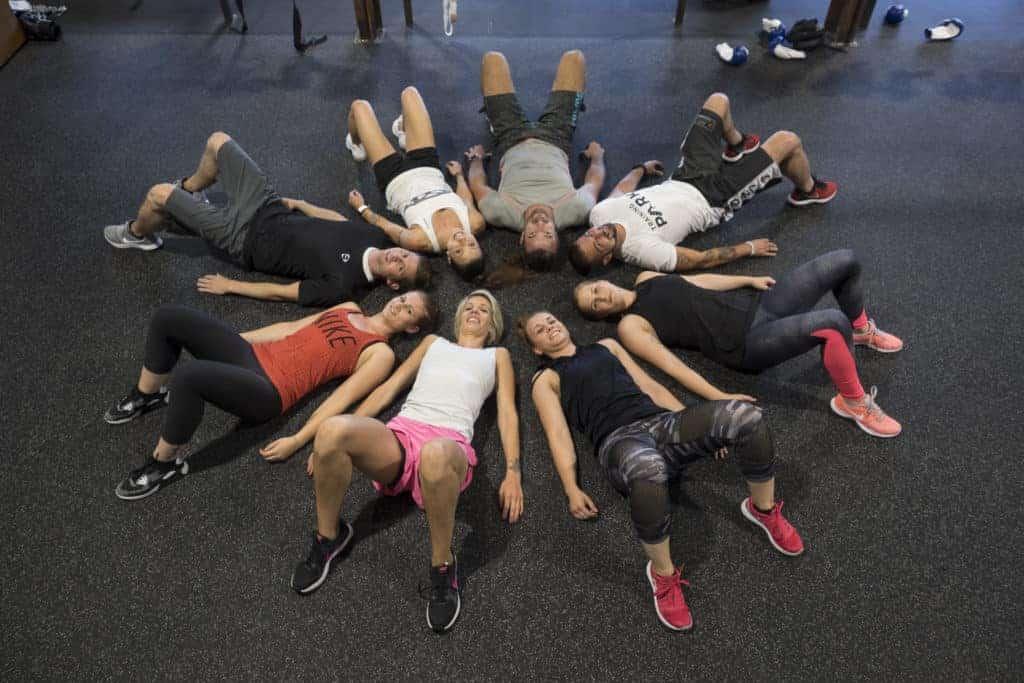 Personen liegen im Fitness