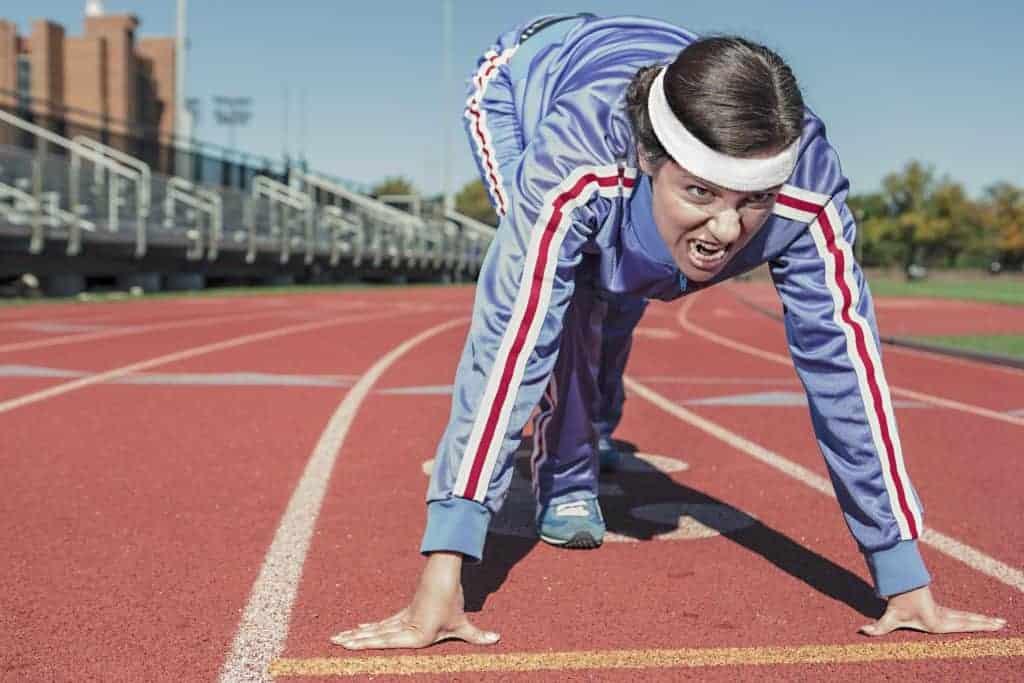 Sprinter beim Start auf einer roten Strecke